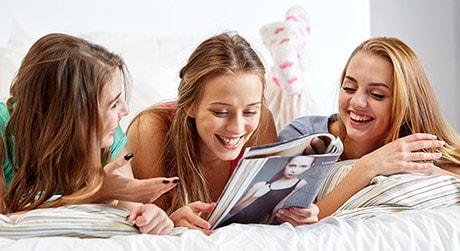 Tre ragazze che parlano di argomenti femminili