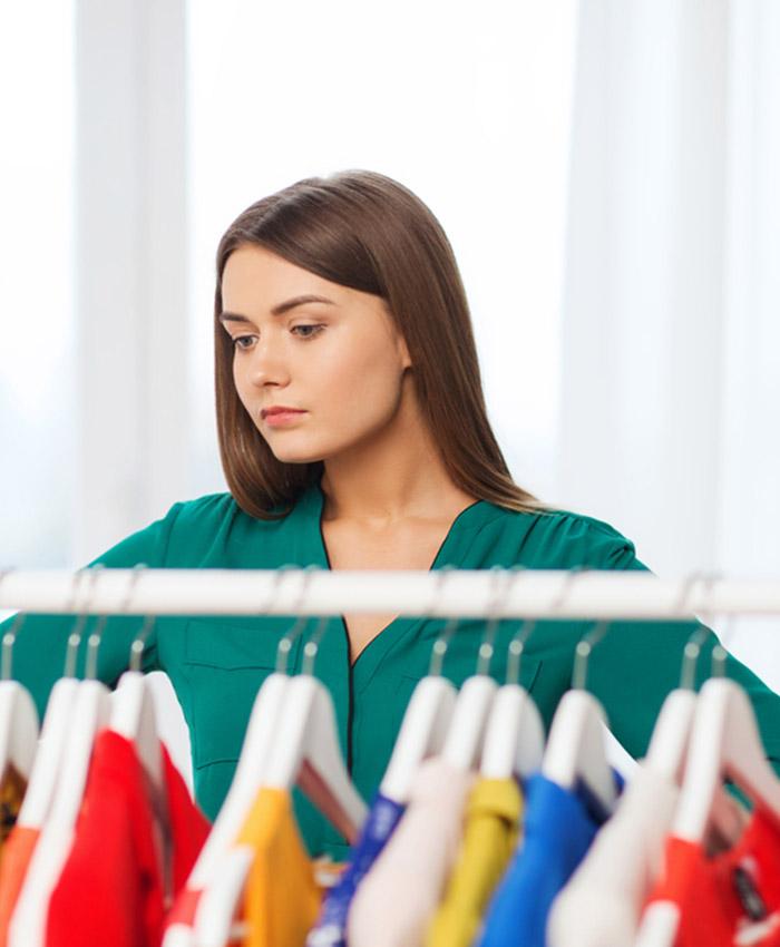 Ragazza che sceglie vestiti