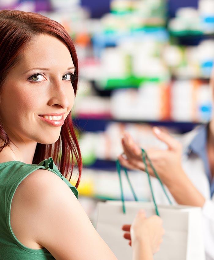 Donna in farmacia