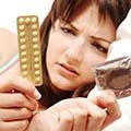 Donna che sceglie metodo contraccettivo