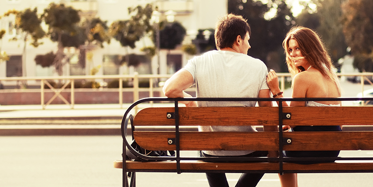 coppia sulla panchina
